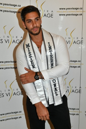 Mister International 2016 Paul Iskander přicestoval do Prahy